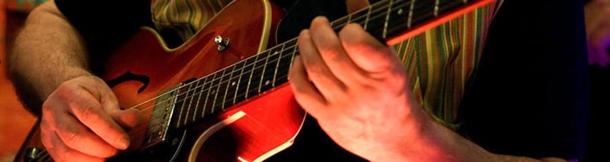 guitarpoppa.com - Guitar Poppa jouant de la Guild - bandeau